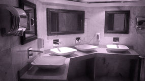 Cuarto de baño moderno interior fotos de archivo libres de regalías