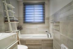 Cuarto de baño moderno y bien dispuesto Fotografía de archivo libre de regalías