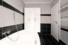 Cuarto de baño negro moderno foto de archivo libre de regalías