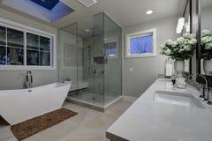 Cuarto de baño principal asombroso con la ducha sin llamar de cristal grande imagenes de archivo