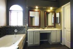 Cuarto de baño principal casero del centro turístico Foto de archivo libre de regalías