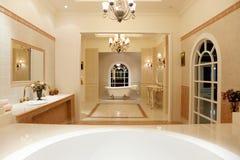 Cuarto de baño principal de lujo Foto de archivo