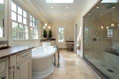 Cuarto de baño principal en hogar de la nueva construcción Imágenes de archivo libres de regalías