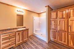 Cuarto de baño principal en hogar manufacturado imagenes de archivo