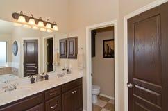 Cuarto de baño principal en hogar moderno Fotos de archivo libres de regalías