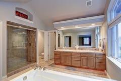 Cuarto de baño principal imponente con el gabinete doble de la vanidad foto de archivo