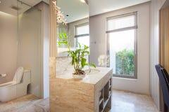 Cuarto de baño real interior hermoso de lujo imagen de archivo