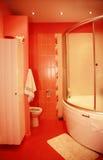 Cuarto de baño rojo moderno imágenes de archivo libres de regalías