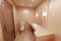 Cuarto de baño rosado Fotos de archivo libres de regalías