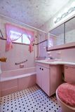 Cuarto de baño rosado del vintage fotos de archivo libres de regalías