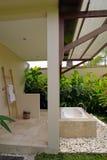 Cuarto de baño semi al aire libre del centro turístico fotografía de archivo