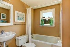 Cuarto de baño simple beige con la ventana Fotografía de archivo