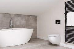 Cuarto de baño simple con el retrete imagenes de archivo