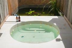 Cuarto de baño y bañera al aire libre foto de archivo