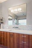 Cuarto de baño y chimenea en nuevo hogar imagenes de archivo