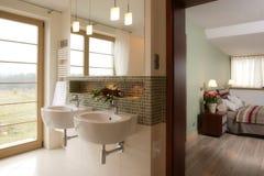 Cuarto de baño y dormitorio con estilo Foto de archivo