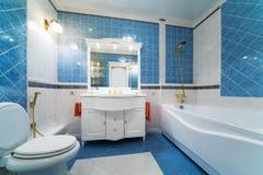 Cuarto de baño azul Fotos de archivo libres de regalías