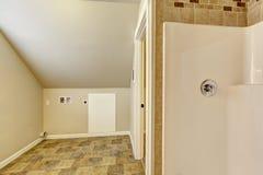 Cuarto de baño con el techo saltado Área vacía del lavadero Fotografía de archivo