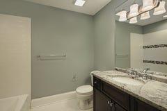 Cuarto de baño con la encimera del granito Fotografía de archivo libre de regalías