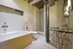 Cuarto de baño en una conversión del almacén Fotografía de archivo libre de regalías