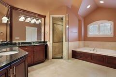 Cuarto de baño principal en hogar de lujo Foto de archivo libre de regalías