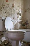 Cuarto de baño viejo, putrefacto Imagen de archivo libre de regalías