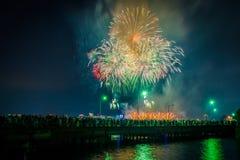 Cuarto de los fuegos artificiales de julio sobre el canal amplio en la noche, en Cambr imágenes de archivo libres de regalías