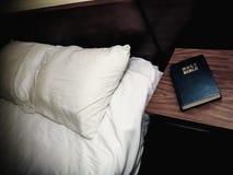 Cuarto de motel de Nightstand de la Sagrada Biblia Imágenes de archivo libres de regalías