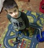 Cuarto de niños limpio del niño con el aspirador Fotografía de archivo