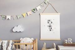 Cuarto de ni?os escandinavo elegante interior con mofa colgante encima del cartel, de los juguetes naturales, de los osos de pelu foto de archivo libre de regalías
