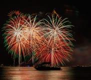 Cuarto del sur del lago Tahoe de los fuegos artificiales de julio con el barco fotografía de archivo libre de regalías