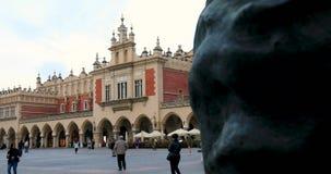 Cuarto histórico de Kraków, Polonia - plaza del mercado principal - paño Pasillo - Sukiennice almacen de video
