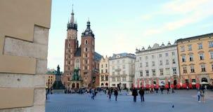 Cuarto histórico de Kraków, Polonia - plaza del mercado principal - St Mary Church almacen de metraje de vídeo