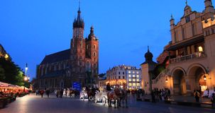 Cuarto histórico de Kraków, Polonia - plaza del mercado principal - St Mary Church almacen de video