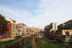 Cuarto judío histórico en Girona con el puente de Eiffel en los sunris imagenes de archivo