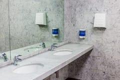 cuartos de baño públicos imagenes de archivo