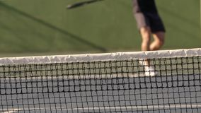 Cuartos delanteros practicantes del jugador de tenis en corte dura almacen de metraje de vídeo
