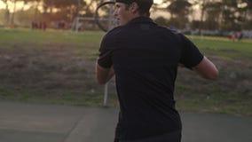 Cuartos delanteros practicantes del jugador de tenis de la línea de fondo almacen de video