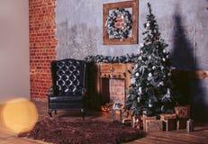 Cuartos hermosos del diseño moderno en los colores oscuros, adornados para la Navidad con las cajas de regalo debajo del árbol de Fotos de archivo libres de regalías