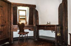 Cuartos interiores del castillo medieval del salvado en Rumania Muebles antiguos en el apartamento del vampiro legendario Drácula fotos de archivo