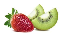Cuartos y fresa del kiwi aislados en el fondo blanco Imagen de archivo