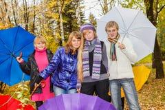 Cuatro adolescentes en parque del otoño Imágenes de archivo libres de regalías