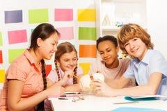 Cuatro adolescentes sonrientes en la lección de la anatomía Foto de archivo libre de regalías