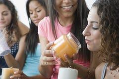 Cuatro adolescentes y velas. Foto de archivo