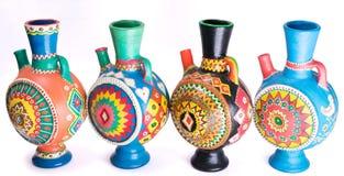 Cuatro adornaron los jarros handcrafted coloridos de la cerámica Foto de archivo