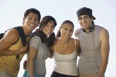 Cuatro adultos jovenes al aire libre. Foto de archivo