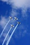 Cuatro aeroplanos vuelan en el cielo imagenes de archivo