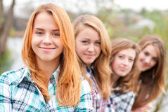 Cuatro amigos adolescentes felices al aire libre Imagen de archivo