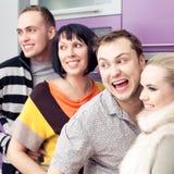 Cuatro amigos cercanos que disfrutan de una reunión social junto Fotografía de archivo