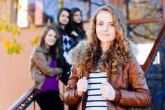 Cuatro amigos de muchachas adolescentes felices Fotos de archivo libres de regalías